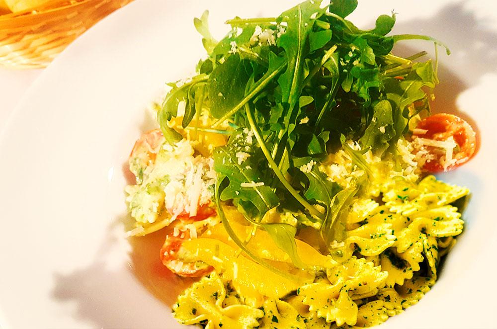 Farfalle mit Paprika, Spinat, Cherrytomaten in Cremiger Sauce mit Rucola und Parmesan