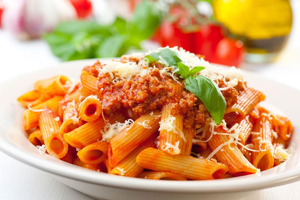 Penne al Ragout – Barilla Nudeln an Tomaten/Fleisch/Gemüse/Ragout (Bolognese). Rustikal serviert in Mammas Porzellanschüsseln.