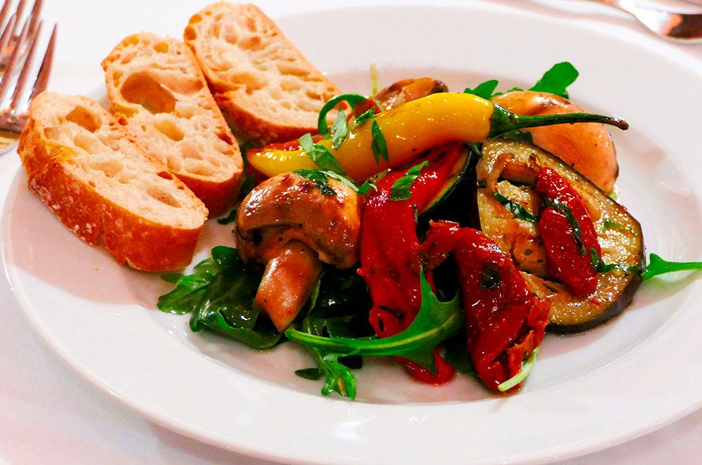 "Gegrilltes ""Zucchini – Melanzane – Peperoni"" Trio an Rucola Salat"
