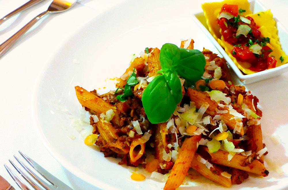 Penne al Ragout – Barilla Nudeln an Tomaten/Fleisch/Gemüse/Ragout (Bolognese) | Ravioli Vegetaria – Ravioli Nudeln mit einer Ricotta-Spinat Füllung